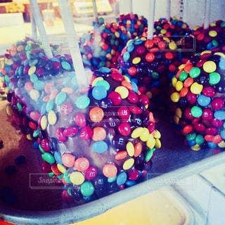 M&Mにチョココーティングされたリンゴの写真・画像素材[1322192]