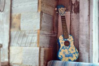 青いハイビスカス柄のウクレレの写真・画像素材[1494912]