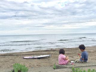 ビーチに座っている人々 のグループの写真・画像素材[707523]