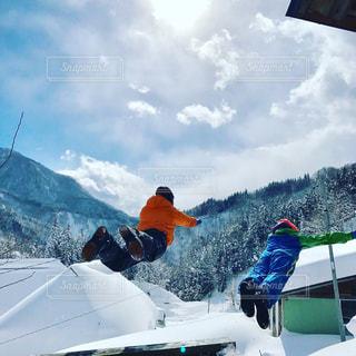 雪の山でスキーに乗っている人のグループの写真・画像素材[707544]