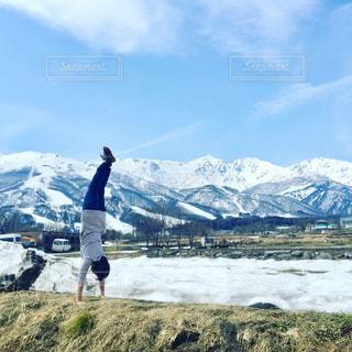 山の前に立っている男の写真・画像素材[707546]