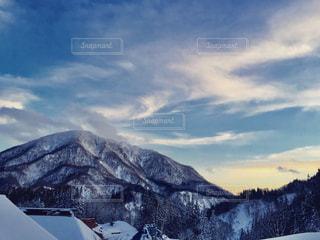 雪に覆われた山の写真・画像素材[707547]