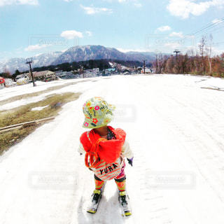 雪に覆われた斜面をスキーに乗る男 - No.707549