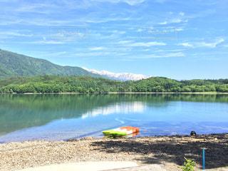 湖の前にビーチで水の体の写真・画像素材[707565]