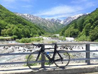 川の側に止まって自転車の写真・画像素材[707566]