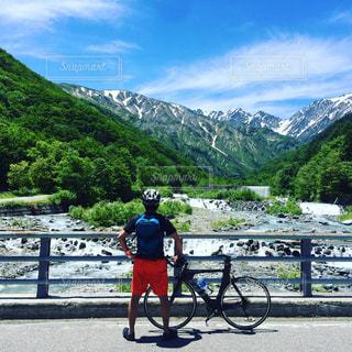 山の道の前に立っている男の写真・画像素材[707567]