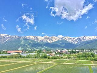 背景の山の高速道路の写真・画像素材[707568]