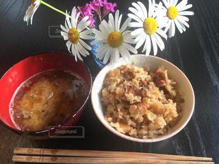 テーブルの上に食べ物のボウルの写真・画像素材[707572]