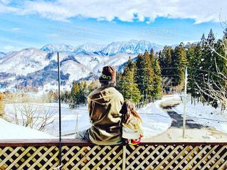 雪に覆われた山に立つ男 - No.800468