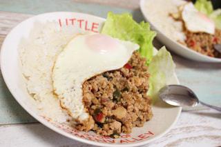 テーブルの上に食べ物のプレートの写真・画像素材[1313112]