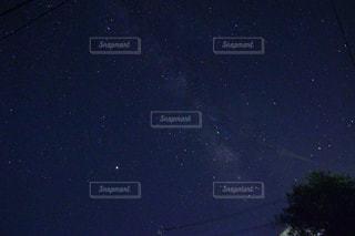夜に見上げる空の景色の写真・画像素材[1369198]