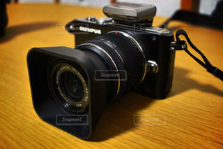 テーブルの上の黒いカメラの写真・画像素材[1407873]
