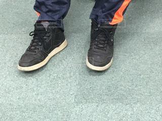 黒靴を履いている足の写真・画像素材[1322107]