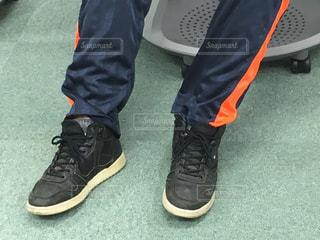 青と黒の靴を履いて足のペアの写真・画像素材[1322122]