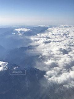 飛行機の上から見た晴れと雪雲の境目の写真・画像素材[1307820]