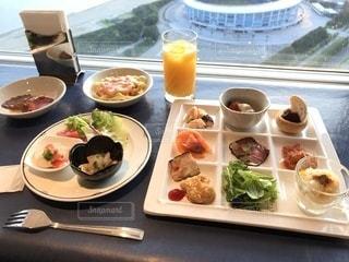 テーブルの上に食べ物のプレートの写真・画像素材[1307286]