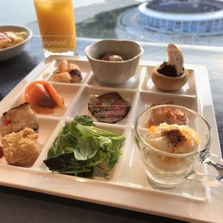 テーブルの上に食べ物のプレートの写真・画像素材[1307289]