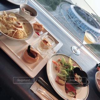 テーブルの上に食べ物のプレートの写真・画像素材[1307294]