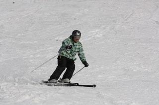 雪に覆われた斜面をスキー男の写真・画像素材[1322368]