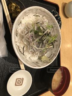 テーブルの上に食べ物のボウルの写真・画像素材[1307565]