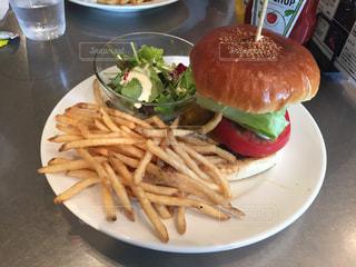 サンドイッチと皿にフライド ポテトの写真・画像素材[1308022]