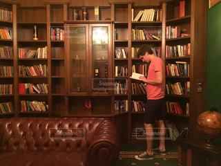 本棚の本でいっぱいの部屋の写真・画像素材[1366846]