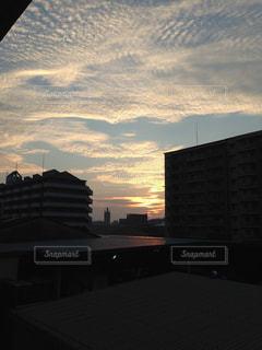 背景の夕日と建物の写真・画像素材[1319433]