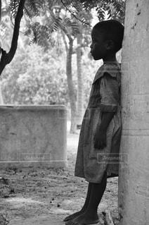 アフリカ 孤独 子供の写真・画像素材[1308868]