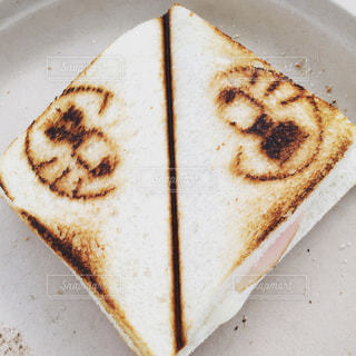 皿に半分食べてケーキの写真・画像素材[1309292]