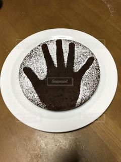 コーヒー カップの横にある皿の上のケーキの一部の写真・画像素材[1309533]
