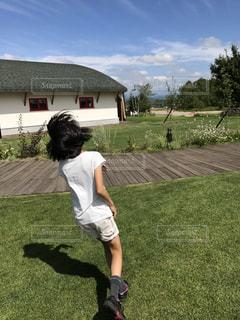 庭でフリスビーを投げ男の写真・画像素材[1309623]