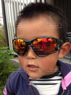 サングラスをかけている少年の写真・画像素材[1309783]