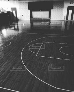 バスケット ボールのフープの黒と白の写真の写真・画像素材[1310554]