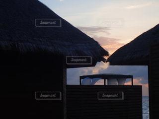 水上コテージに沈む夕日の写真・画像素材[1310775]