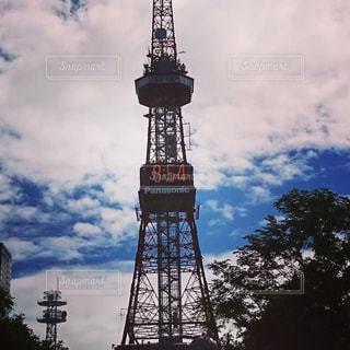 空の背景を持つ大規模な背の高い塔の写真・画像素材[1364262]