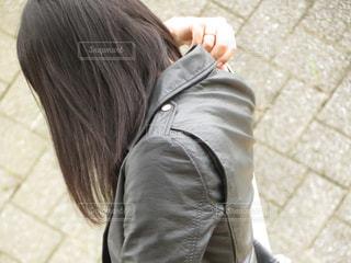 カバンを肩にかけるの写真・画像素材[1312371]