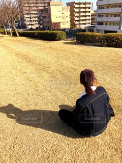 芝生に座っている女性の写真・画像素材[1772647]