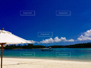 パラソルとエメラルドグリーンの海の写真・画像素材[1311657]