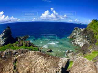 近くに海の近くの岩のアップの写真・画像素材[1313481]