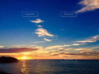 水平線に沈む夕日の写真・画像素材[1313916]
