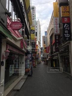 市街地の狭い通りの写真・画像素材[1311897]