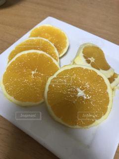 木製のテーブルの上に座ってオレンジを 2 個の写真・画像素材[1311894]