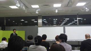 部屋にいる人々 のグループの写真・画像素材[1313666]