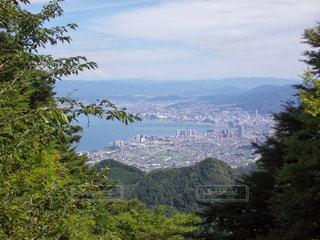 背景の山と木の写真・画像素材[1313637]