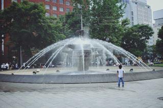 水の人々 と噴水の写真・画像素材[1372123]