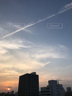 色の境界線と飛行機雲の写真・画像素材[1314026]