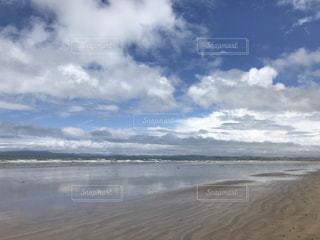 海の横にある砂浜のビーチの写真・画像素材[1316144]
