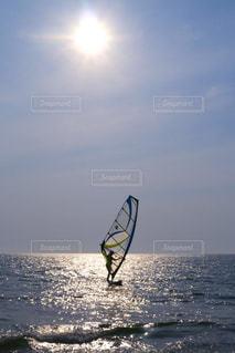 太陽とウインドサーフィンの写真・画像素材[1324281]