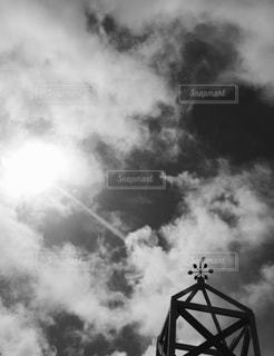 それから出てくる煙とタワーの写真・画像素材[1352941]