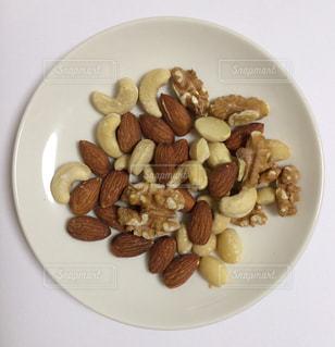 スライスしたバナナなどの果物をのせた白プレートの写真・画像素材[1394411]